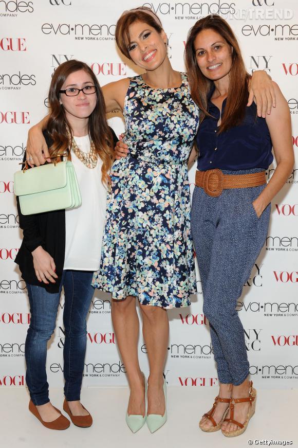 Eva Mendes porte une de ses propres créations pour le lancement de sa collection Printemps-Été chez New-York & Co. Ici elle pose avec sa soeur et sa nièce.