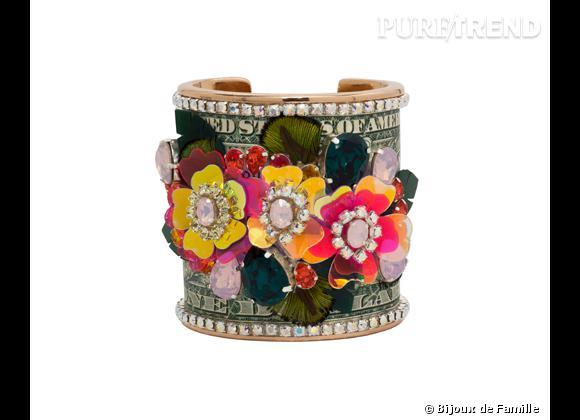 """Bijoux de Famille    Manchette """"Flower Power"""" en étain rose plaqué or, cuir imprimé brodé de cristaux Swarovski, fleurs en plastique PVC fluo et iridescent, plumes de paon, 490€."""