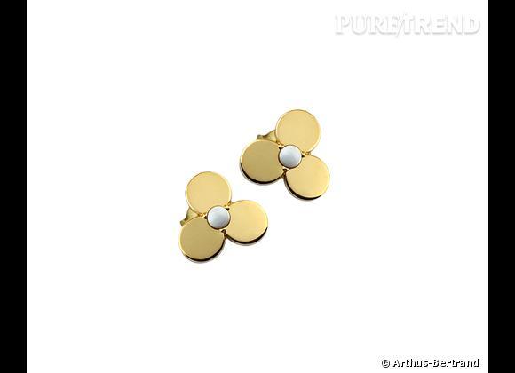"""Arthus-Bertrand     Boucles d'oreilles """"Tendre Pensée"""" en or jaune et agathe blanche, 320€."""