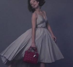 Marion Cotillard flotte dans les airs pour la nouvelle campagne Lady Dior