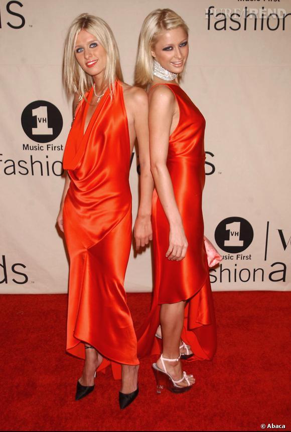 Paris Hilton et sa soeur Nicky Hilton en orange vif pour les VH1/Vogue Fashion Awards en 2001.