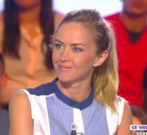 """Enora Malagré assiste au débriefing de son émission dans """"Touche Pas à Mon Poste""""."""