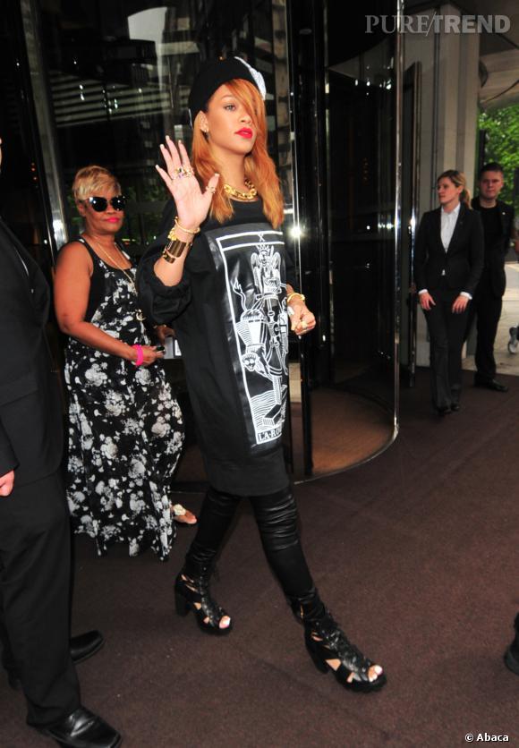 Rihanna et son look rock à Londres en juin 2013.