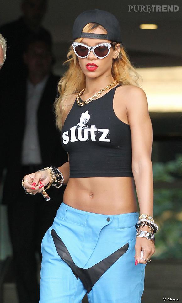 Nombril à l'air pour Rihanna à Manchester en juillet 2013.