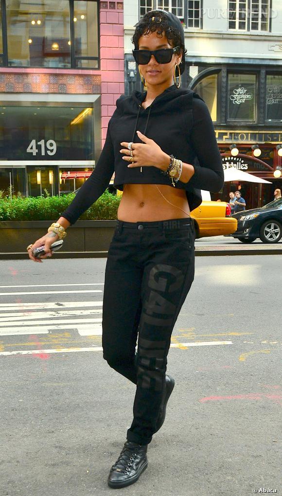 Rihanna toujours le nombril à l'air à New York en août 2013.