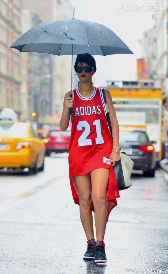 Rihanna sous la pluie, habillée d'un maxi maillot de basket à New York, en septembre 2013.