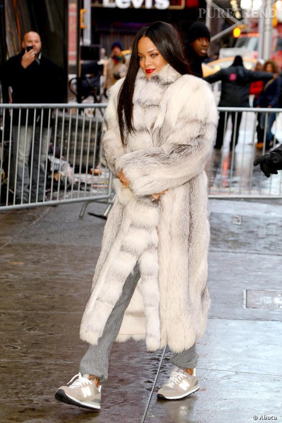 """Rihanna, toujours en fourrure, arrive au show """"Good Morning America"""" à New York en janvier 2014."""