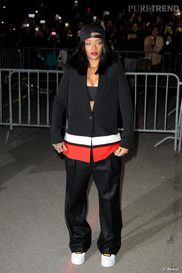Rihanna arrive au show Givenchy Automne-Hiver 2014/2015 en mars 2014.