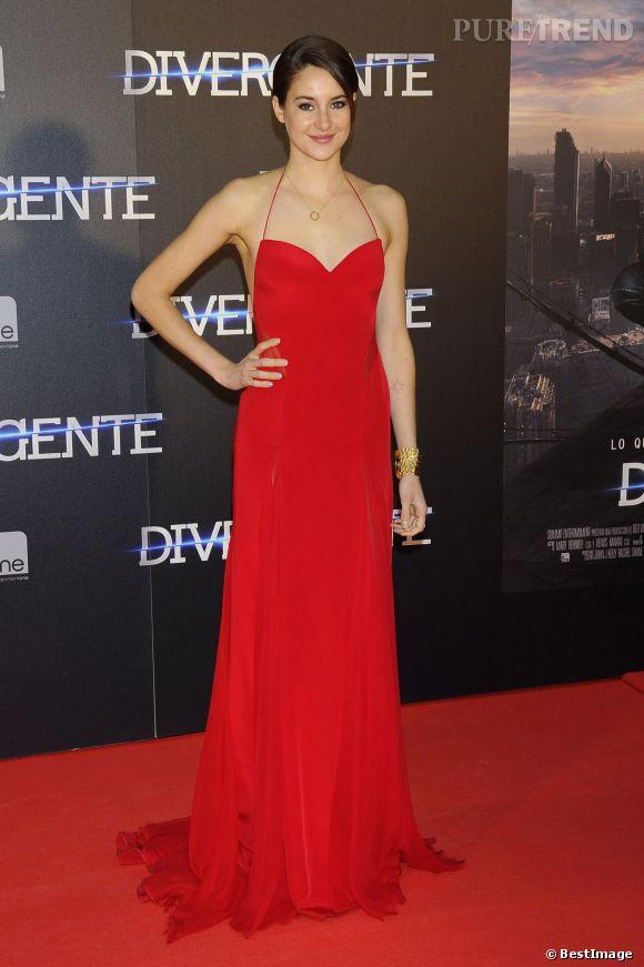 """Shailene Woodley, rouge passion et très glamour sur le tapis rouge de Madrid de la première de """"Divergente""""."""