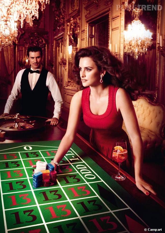 Campari transforme Penelope en véritable femme fatale pour son calendrier 2013.