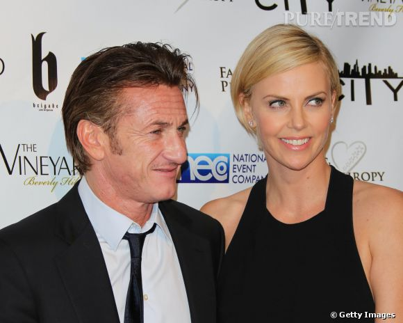Sean Penn et Charlize Theron ont affiché leur relation au grand jour lors de la soirée post Oscars Fame and Philanthropy à Beverly Hills.