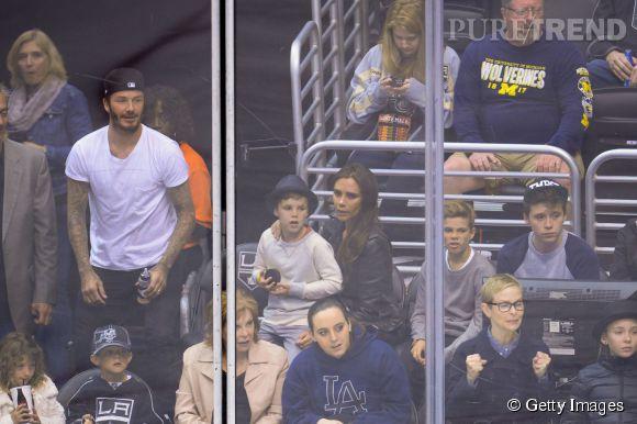 Victoria et David Beckham avec leurs enfants Brooklyn, Cruz, Romeo et Harper lors d'un match de hockey Anahiem Ducks and the Los Angeles Kings au Staples Center le 12 avril 2014.