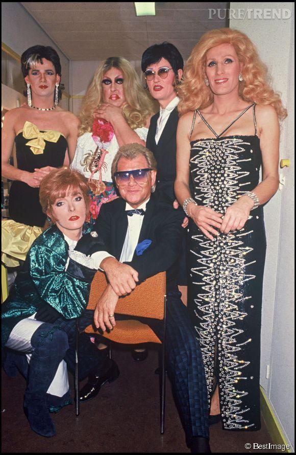 Michou et ses transformistes dans son club, en 1988.