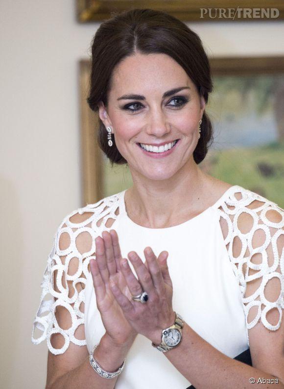 Célèbre Kate Middleton porte également une eternity ring en plus de sa  ZI34