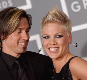 """Carey Hart et Pink Prenant les choses en main, c'est la chanteuse qui a demandé à Carey Heart de l'épouser. Lors d'une course, Pink s'est dressée sur le bas côté avec une pancarte """"Veux-tu m'épouser"""". Voyant que son boyfriend n'était pas décidé à s'arrêter, Pink écrivit un autre écriteau """"Sérieusement"""". Ce fut alors la fin de la course pour Carey ! Ils se sont mariés en 2007."""