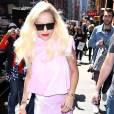 Rita Ora porte un ensemble rose mal coupé qui dissimule sa jolie silhouette.