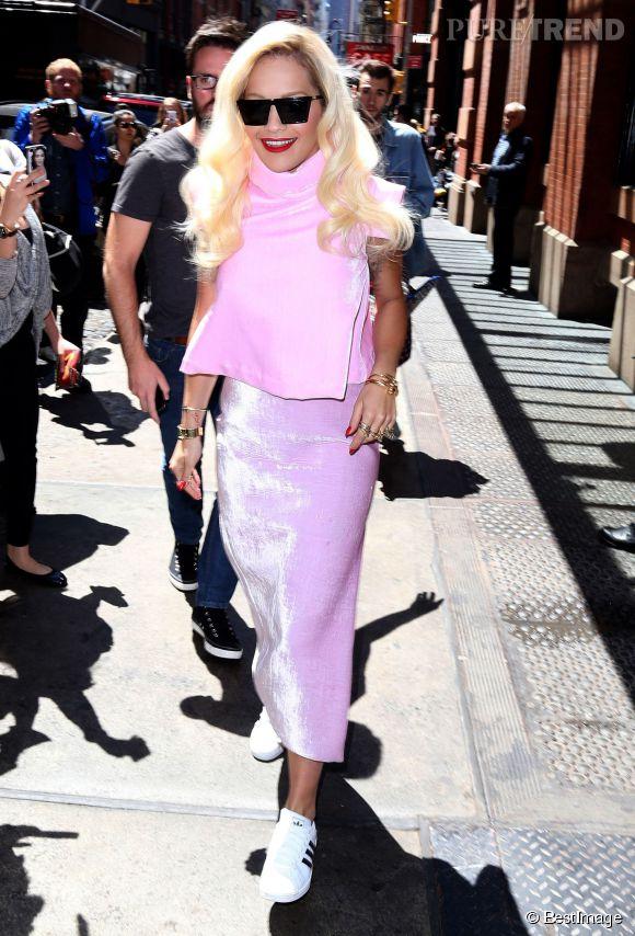 Le 5 mai 2014, Rita Ora fait une sortie très remarquée dans une tenue rose bonbon à New-York.