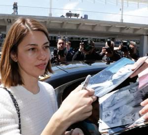 Sofia Coppola signe quelques autographes avant de se rendre au Festival de Cannes 2014.