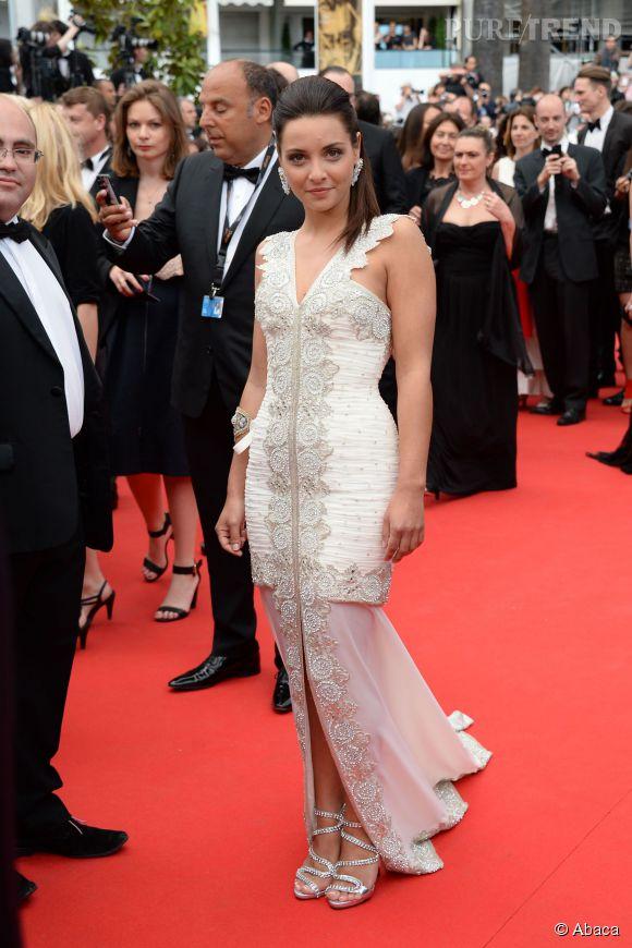 Priscilla Betti et sa robe brodée à la montée des marches pour la cérémonie d'ouverture du Festival de Cannes 2014.