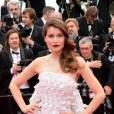 Laetitia Casta mise sur une robe bustier à froufrous Dior, ainsi que sur des bijoux Chaumet à la montée des marches pour la cérémonie d'ouverture du Festival de Cannes 2014.