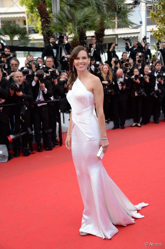 """Hilary Swank en robe Atelier Versace et bijoux Chopard pour la projection du film """"The Homesman"""", dimanche 18 mai."""