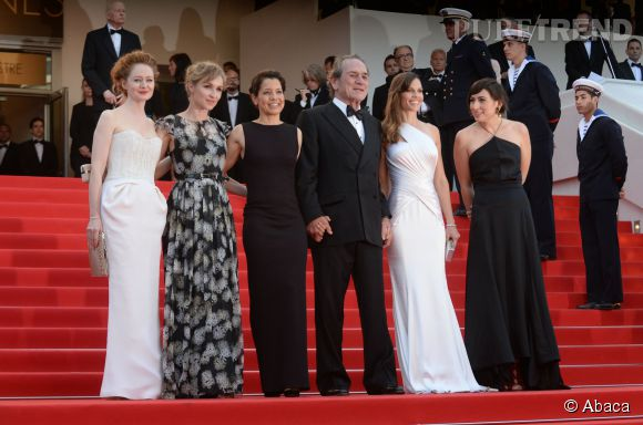 """Hilary Swank en Atelier Versace et bijoux Chopard, accompagnée du casting de """"The Homesman"""", lors de la montée des marches, dimanche 18 mai."""