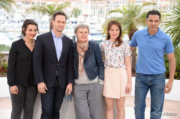 """Camélia Jordana, Josh Charles, Pascale Ferran, Anaïs Demoustier et Roschdy au photocall de """"Bird People"""" le 19 mai 2014 à Cannes."""