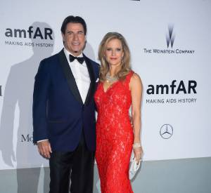 John Travolta et Kelly Preston en Oliver Tolentino au gala de l'amfAR à l'Hôtel du Cap le 22 mai 2014.