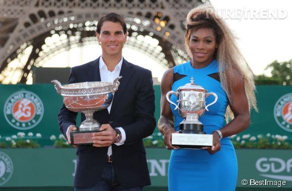 Serena Williams très moulée dans sa robe bleue à Roland Garros, le tournoi commence le 25 mai 2014. Elle prend la pose avec un Rafael Nadal un peu intimidé.
