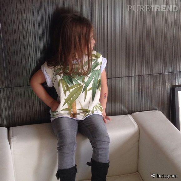 Ava, la fille d'Alexandra Rosenfeld, portant un sweat shirt créé par sa maman.