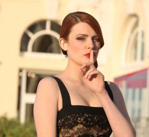 Elodie Frégé : ravissante poupée ultra-sexy au Festival de Cabourg 2014