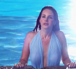 """Après le feu dans """"West Coast"""", Lana passe à l'eau dans """"Shades of Cool""""."""