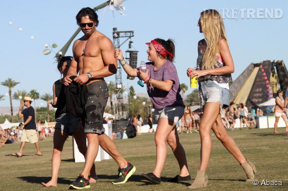 Joe Manganiello, assailli par les fans à Coachella 2012.