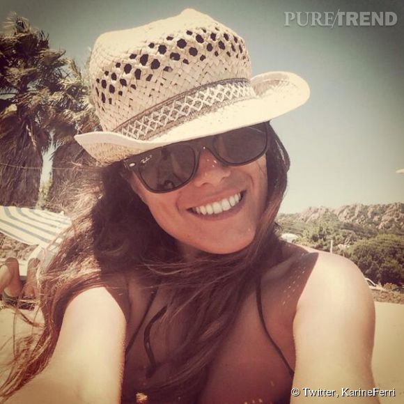 Avec son chapeau de paille et ses ray-bay noires vissées sur le nez, Karine Ferri nous donne envie de partir en vacances.