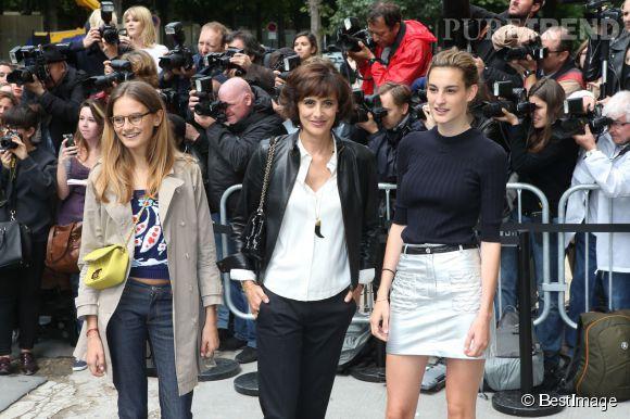 Inès de la Fressange et ses deux filles, Nine et Violette d'Urso, au défilé Haute Couture Chanel Automne-Hiver 2014/2015, le 8 juillet 2014.