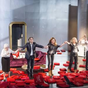 """Pascale Louange, Richard Berry et tous les acteurs de la pièce """"Le Début de la Fin"""" au Festival de Ramatuelle en août 2012."""