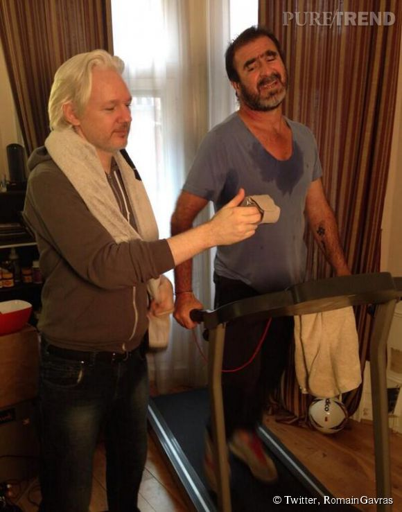 Le 12 juillet 2014, Romain Gavras poste cette photo de Julian Assange et d'Eric Cantona en plein séance de sport sur Twitter.
