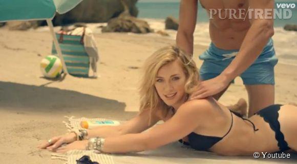 """Hilary Duff sexy en bikini noir dans le clip de son nouveau single """"Chasing The Sun""""."""