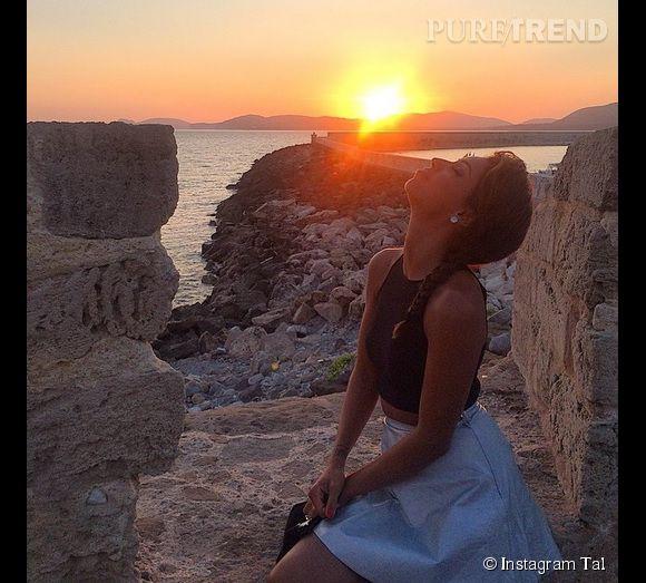 Tal prend la pose devant un beau coucher de soleil, une vraie carte postale de Sardaigne.