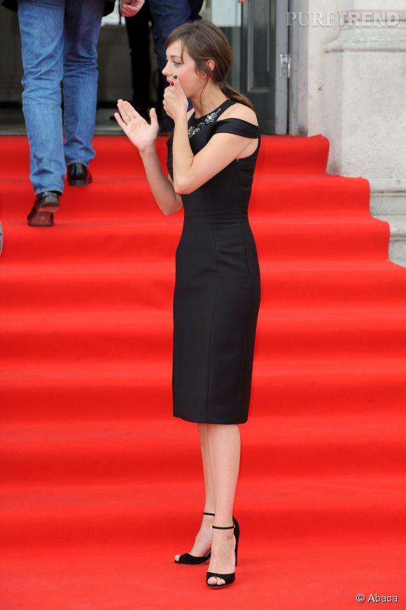 Marion Cotillard met en avant sa silhouette de guêpe dans cette robe ajustée.