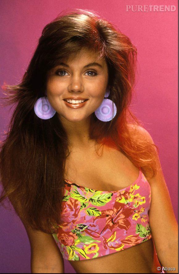 Tiffani Thiessen en 1990, à l'époque où le brushing se faisait la tête en bas.