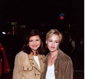 """Tiffani Thiessen et Jennie Garth, sa rivale dans la série """"Beverly Hills 90210"""" en novembre 1995."""