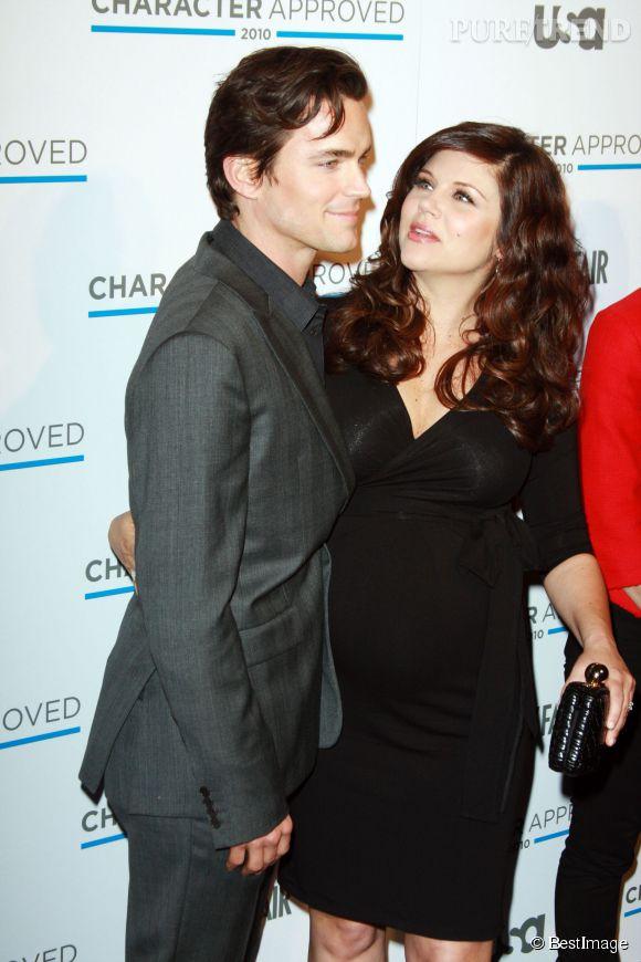"""Tiffani Thiessen, très enceinte, et Matthew Bomer, son partenaire dans la série """"FBI : Duo très spécial"""" en février 2010."""