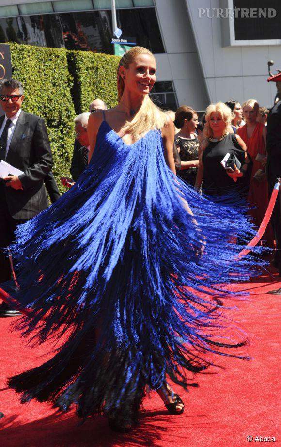 Heidi Klum a stupéfié l'assistance des Creatives Arts Emmy Awards, samedi 16 août 2014 à Los Angeles. Pour l'occasion elle portait une robe bleue à franges très originale signée Sean Kelly.