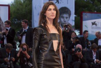 """Charlotte Gainsbourg : la """"nymphomanic"""" enflamme Venise en robe découpée"""