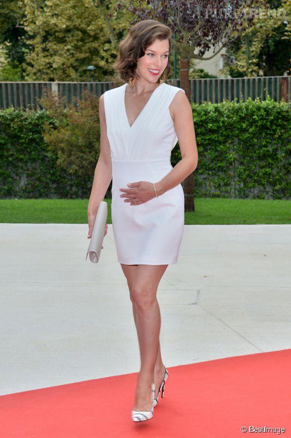 Milla Jovovich, enceinte et carrément sexy.