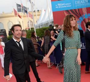 Main dans la main, Doria Tillier et Nicolas Bedos ont créé la sansation sur le tapis rouge de Deauville.
