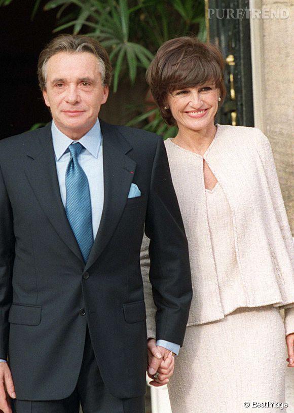 En 1999 après un second divorce, Michel Sardou épouse en troisième noce l'ancienne rédactrice en chef de  Elle , Anne-Marie Perier. Ils partagent encore leurs vies aujourd'hui.