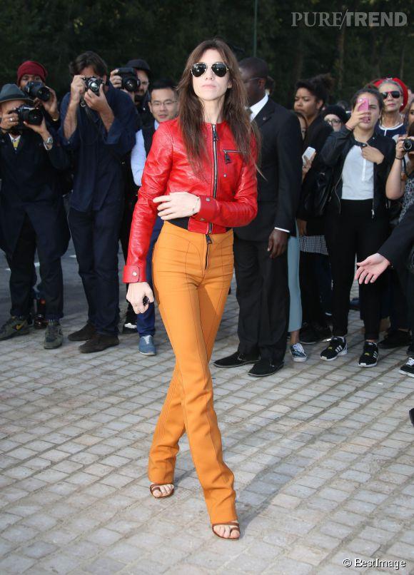 Charlotte Gainsbourg, une veste en cuir pour le moins audacieuse.
