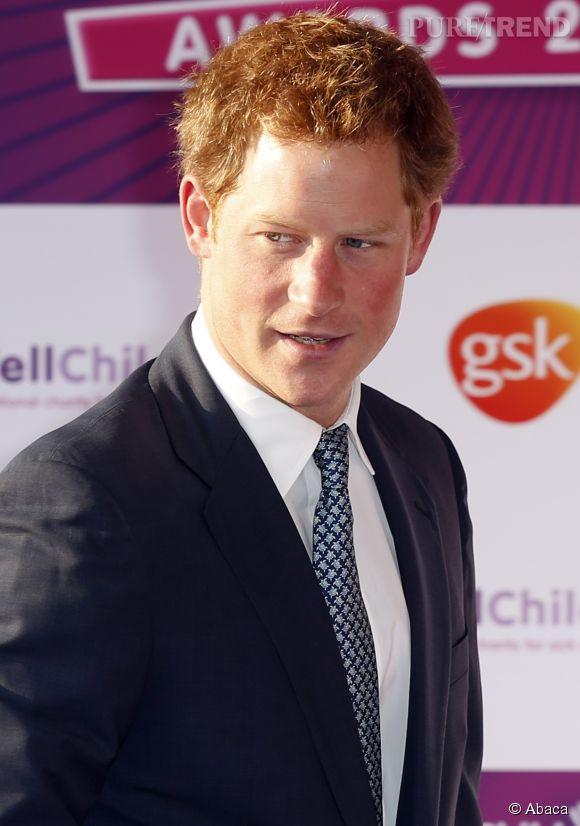 """Le quotidien britannique, The Sun, épingle le prince Harry avec une nouvelle conquête, une mystérieuse blonde qu'il aurait """"embrassé passionnément""""."""